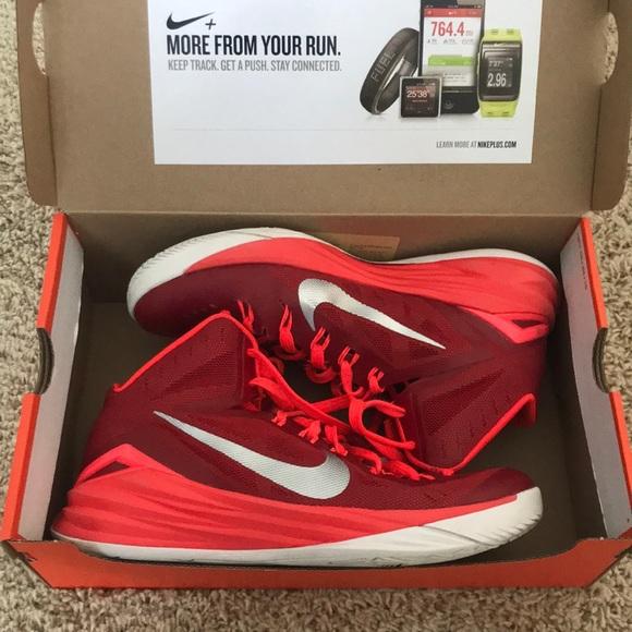 burgundy nike basketball shoes